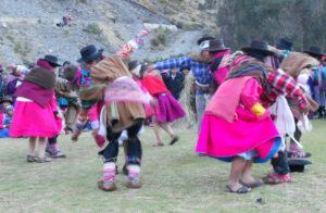 Jovenes bailando Llaqta Maqta